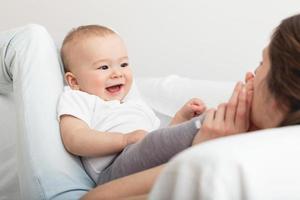 entzückendes Kind mit seiner Mutter foto