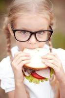 Kind beißt Sandwich foto