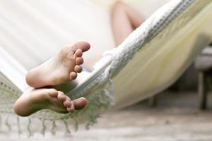 Kind entspannt sich in der Hängematte