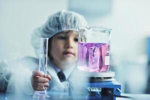 kleiner Kinderwissenschaftler im Labor foto