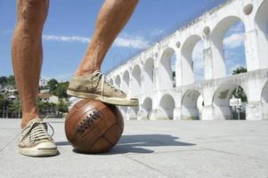 brasilianischer Fußballspieler, der auf altem Fußball lapa rio steht foto
