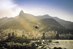 Hubschrauber fliegt über Rio de Janeiro Brasilien.