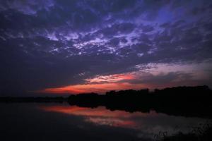 Sonnenuntergang am Wasser foto