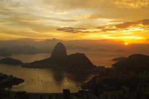 Sonnenaufgang in Rio de Janeiro mit Zuckerhut im Vordergrund,