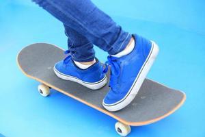 Beine in Turnschuhen auf Skatepark
