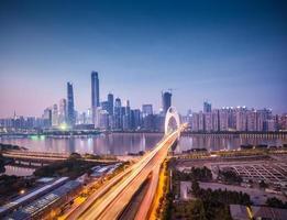 Stadtbild von Guangzhou bei Einbruch der Dunkelheit