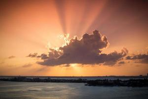 Sonnenuntergang durch Wolken foto