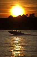 Schnellboot bei Sonnenuntergang