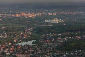 Moskauer Vororte in der abendlichen Vogelperspektive