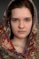 russisches brünettes grünäugiges Mädchen in pavlo-posad russischem Schal