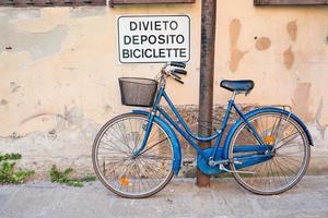 Fahrrad geparkt unter Schild Parkverbot, Mailand, Italien foto
