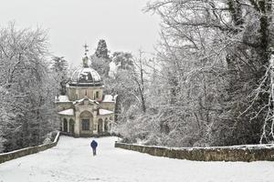 Mann, der im Schneefall geht foto