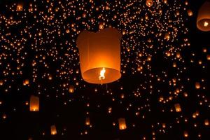 thailändische Leute schwimmende Lampe foto