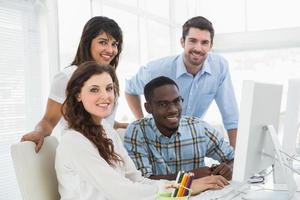 lächelnde Geschäftsleute, die Computer benutzen foto