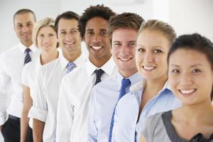 Linie von glücklichen Geschäftsleuten foto