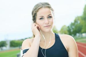 Läuferfrau, die auf einem Feld im Freienschuss joggt