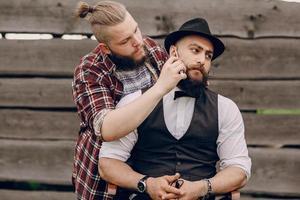 Zwei bärtige Männer rasieren sich