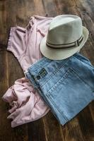 Set mit verschiedenen Kleidungsstücken und Accessoires für Männer