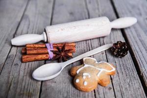 Nudelholz und hausgemachte Lebkuchen Männer Kekse foto