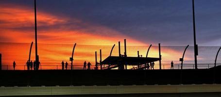 Sonnenuntergang gegen Wolken foto
