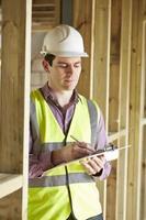 Bauinspektor, der neues Eigentum betrachtet