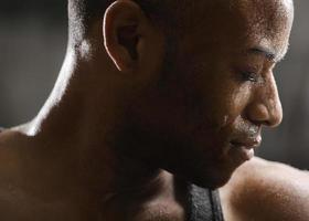 Mann schwitzt nach dem Training foto
