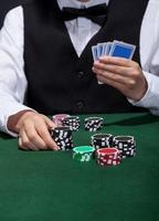 Pokerspieler im Begriff, eine Wette zu platzieren foto