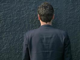 Mann gegen eine Wand foto