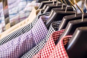 karierte Herrenhemden in einem Einzelhandelsgeschäft foto