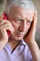 älterer Mann, der zum Arzt ruft foto