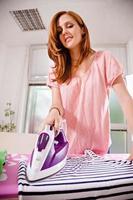 junge Frau bügeln foto