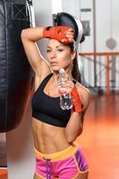 Kickboxerin trinkt Wasser