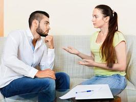 nervöser Mann und Frau foto