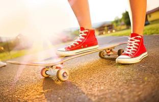 weibliche Füße auf Skateboard