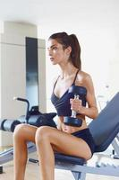 Frau im Fitnessstudio c foto