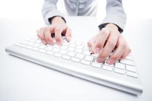 weibliche Hand, die auf Tastatur schreibt foto