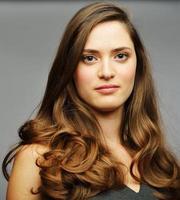 junges attraktives weibliches Modell, das aufwirft foto