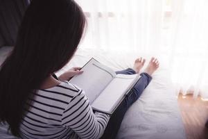 weibliche Hände halten geöffnetes Buch