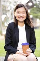 junge weibliche asiatische Exekutive, die Datei hält foto