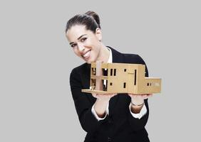 weibliche Handelsvertreterin, die Hausmodell hält foto