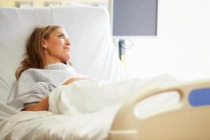 Patientin, die im Krankenhausbett ruht foto