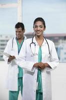 indische Ärztin mit ihrer Kollegin foto