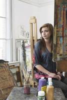 Künstlerin sitzt im Kunststudio