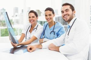 männliche und weibliche Ärzte, die Röntgen untersuchen