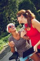zwei junge Frau, die Spaß im Park hat