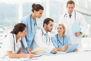 männliche und weibliche Ärzte mit digitalem Tablet