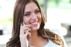 schöne weibliche Geschäftsführerin auf dem Handy foto