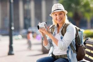weiblicher Tourist, der eine Kamera hält