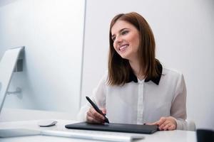 weiblicher Bildbearbeiter, der am Computer arbeitet