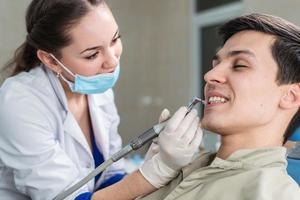 Zahnarzt, der eine Patientin heilt